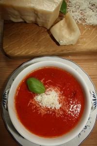 Tomatsuppe med fond kogt på ben