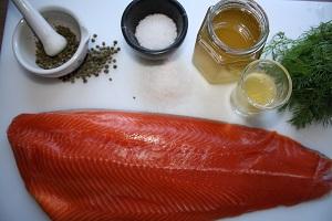 Grønne peberkorn, salt, honning, dild og laks
