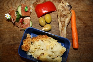 Seranoskinke med agurk, rød peber, oliven m mandler, kylling, rå gulerod, blomkålsgratin