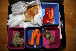 Andeleverpaté m. oliven, kogte gulerødder, lammespegepølse m. agurk, rød peber og kylling