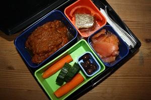 Chili con carne, rå gulerod, agurk, oliven, gravet laks, nøddebrød m smør, rød peber